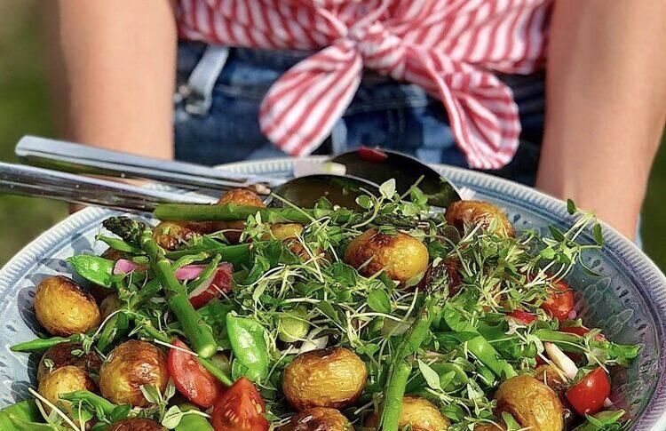 Rostad potatissallad med jordnötsdressing
