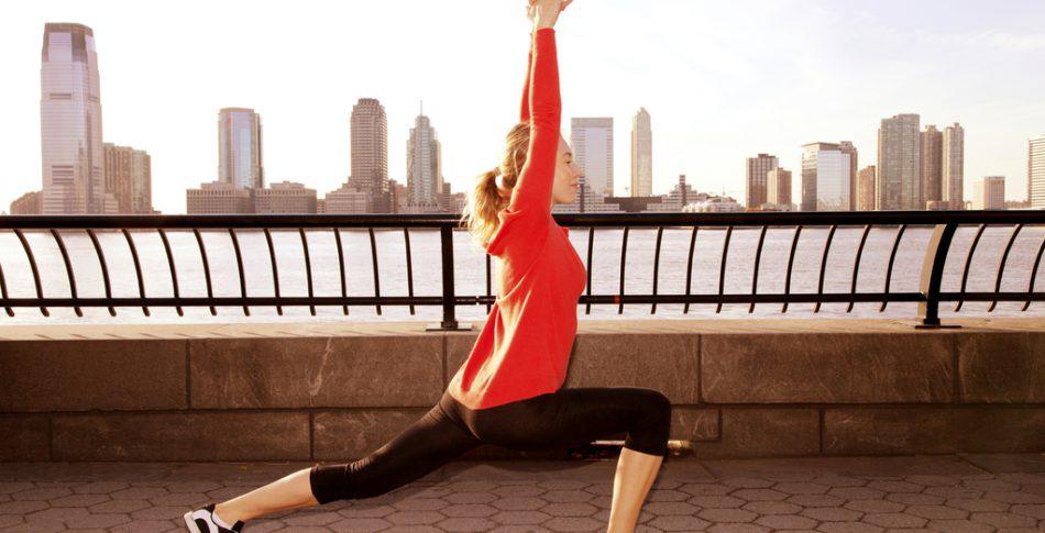 Så gör yoga dig till en bättre löpare – och de perfekta övningarna för stela löparkroppar