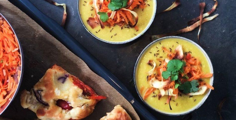 Kryddig soppa på palsternacka med morot och mandelsallad