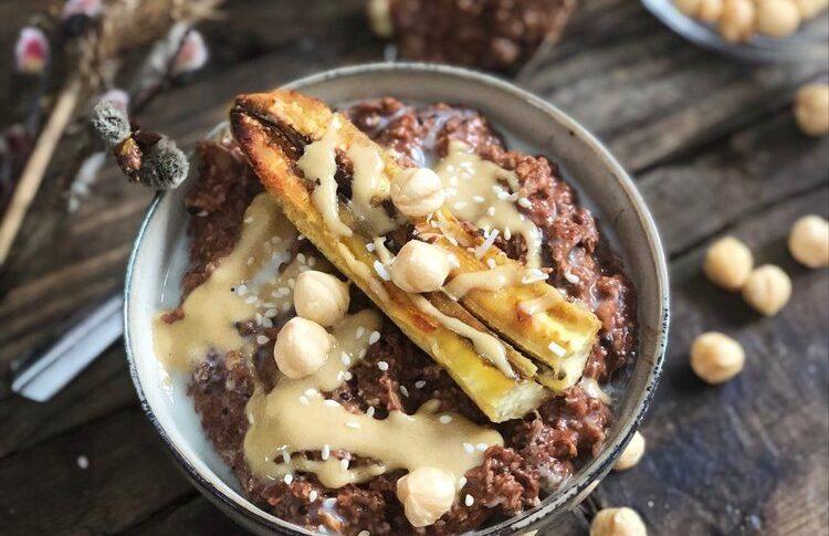 Chokladgröt med stekt banan och tahinisirap